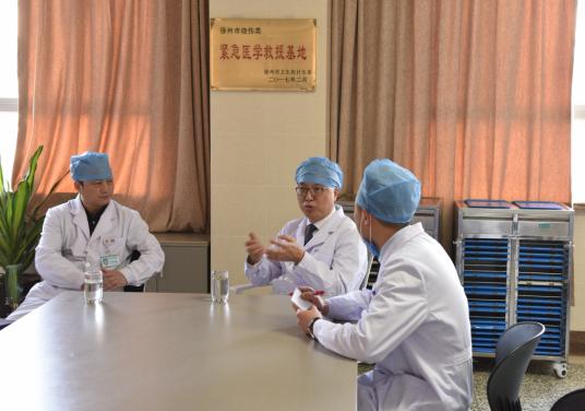 中华医学会烧伤外科分会主任委员吕国忠教授再次莅临仁慈,指导烧伤抢救工作